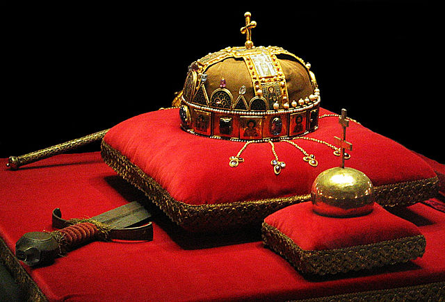 640px-Crown,_Sword_and_Globus_Cruciger_of_Hungary2